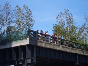 High Line Parkから眺めを楽しむ人達