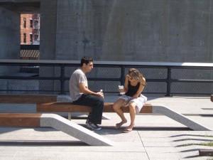コンテンポラリーなベンチ。以外とカップルが向きあって話すには、丁度良さそうだ。