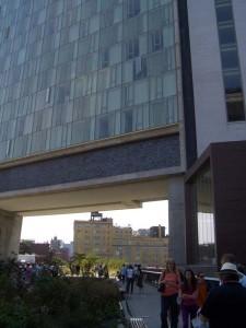 公園は建築をくぐり抜ける。建物は、Andre Balazsが経営するブティックホテルのThe Standard Hotel。