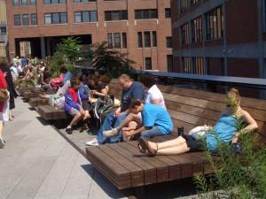 ラウンジチェアー・ベンチで飲み物を片手に休む人達。