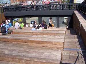 Amphitheater - 屋上公園の下を通る車の交通を眺める。