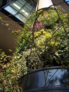 丸の内パークビルディング「緑の柱」 - 壁面緑化のディテール