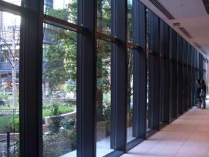 三菱一号館美術館のカーテン・ウォール。利用者はここを通りながら、外の広場の空間を眺めることができる。