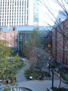 レンガ造りの三菱一号館美術館。広場を囲むようにして、建物があります。よく見ると黒柱とガラスの構造体が付属さています。