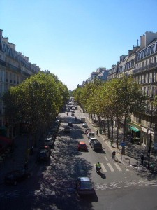 パリの並木道への眺め