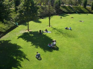Promenade Plantée Park 芝を中心にした公園