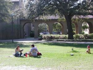 ルイジアナ州立大学の芝生の上で勉強する学生達。