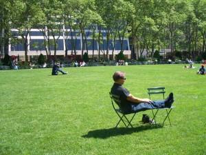 Bryant Parkの芝生の上で日向ぼっこをする。
