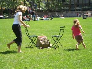 椅子を利用して、その周りを走り回る。鬼ごっこ?