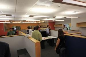 事務所でプロジェクトに取り組む学生達