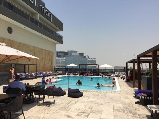 ホテル8階レベルの屋上プール 7階のフィットネス・スパからアクセスする