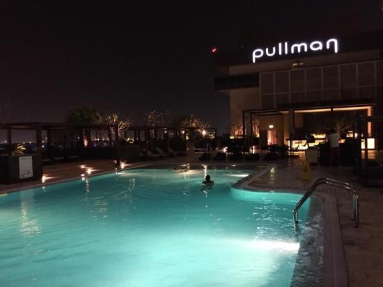プールの夜景は素敵な雰囲気をつくることが重要。おそらく、ライティングデザイナーがチームに加わっていると思いますが、大抵の場合はランドスケープアーキテクトがライティングをデザインする。
